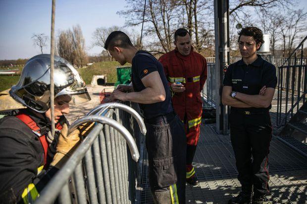 Laura supervise un exercice incendie lors de la formation dispensée au fort de VilleneuveSaint-Georges.
