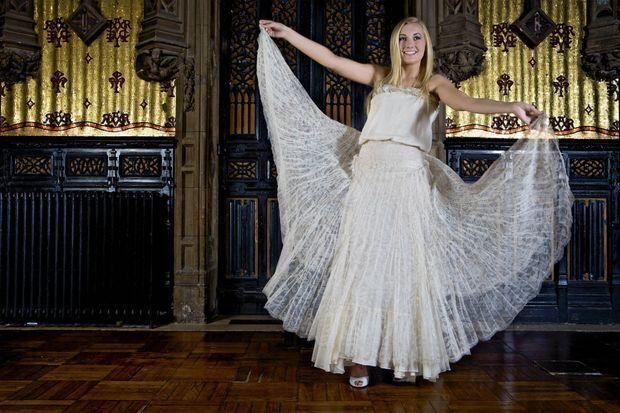 Lauren essaie des robes pour le grand soir chez Anne Valérie Hash, dans le Xe arrondissement de Paris.