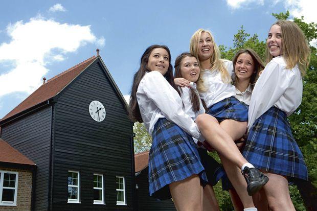 Avec ses meilleures amies à St. John's. De g. à dr. : Olivia, May, Lauren, Alice et Ellis.