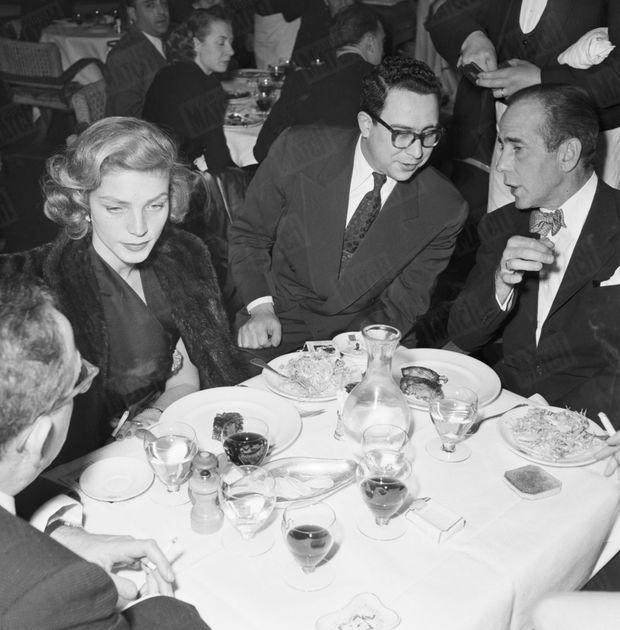 """« Le dîner à la """"Tour d'Argent"""", Humphrey a voulu goûter le célèbre """"canard au sang"""". » - Paris Match n°107, 7 avril 1951"""