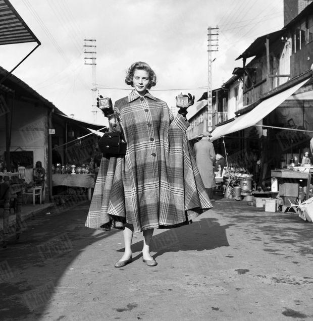 """« Sa trouvaille aux """"Puces"""" : coffret et tabatière, 1.500 francs. Lauren croyait : 15.000. » - Paris Match n°107, 7 avril 1951"""