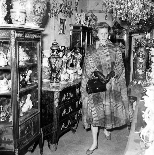 Lauren Bacall aux puces de Saint Ouen en avril 1951.