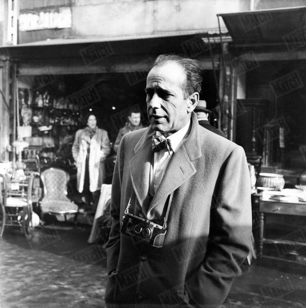 Humphrey Bogart aux puces de Saint Ouen en avril 1951.