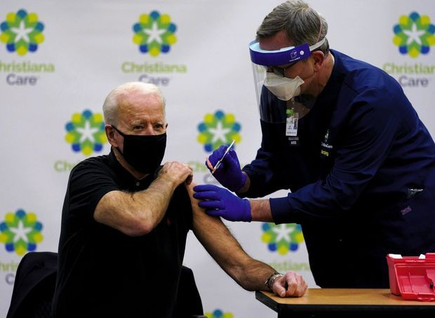 Le 11 janvier, Joe Biden reçoit sa seconde dose de vaccin à l'hôpital Christiana de Newark (Delaware).