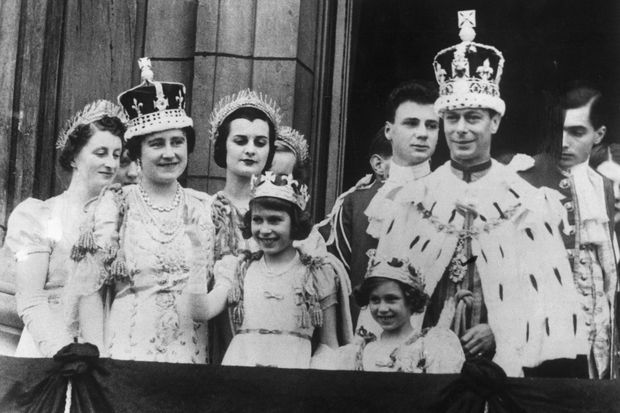 Le 12 mai 1937, le roi George VI est couronné aux côtés de la reine Elizabeth, à gauche, succédant à son frère qui a abdiqué.