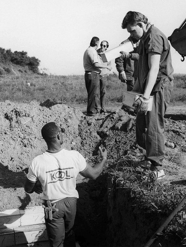 Le 13 septembre 1990, des nourrissons sont enterrés dans la tranchée 51 de Hart Island.