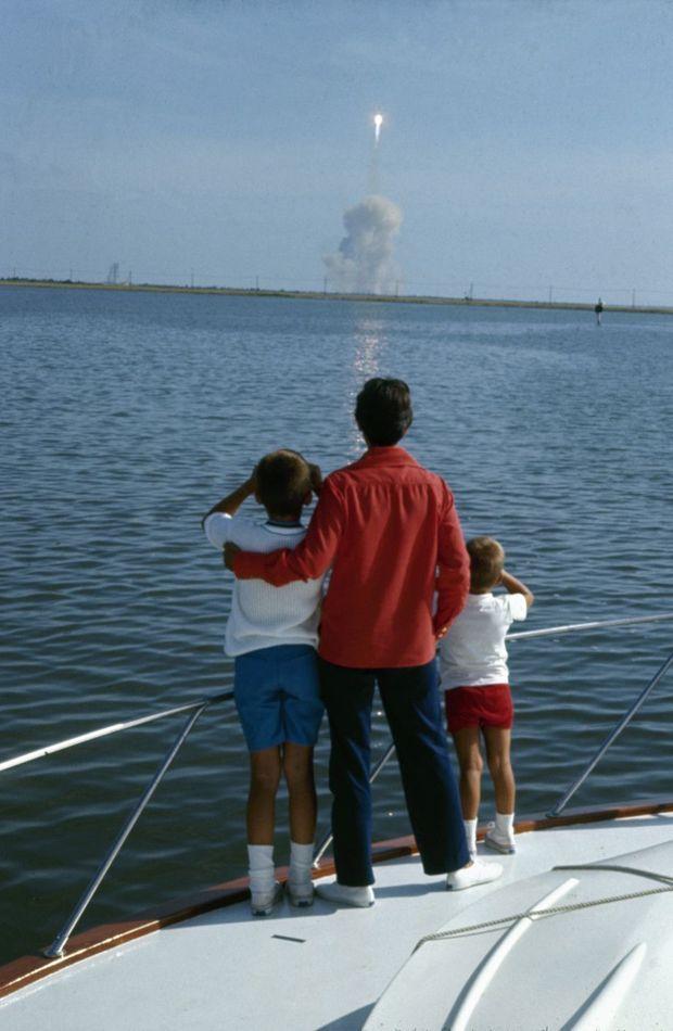 Le 16 juillet 1969. Jan, la femme d'Armstrong, et leurs deux fils, Rick, 12 ans, et Mark, 6 ans, assistent au lancement de la fusée qui emporte Neil. Elle leur avait dit : « Papa va sur la Lune. »