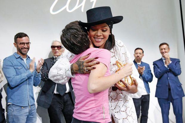 Le 16 juin à la Fondation Louis-Vuitton. Rihanna, la star mondiale, remet le trophée à Marine Serre. Pour le jury, elle a fait l'unanimité.