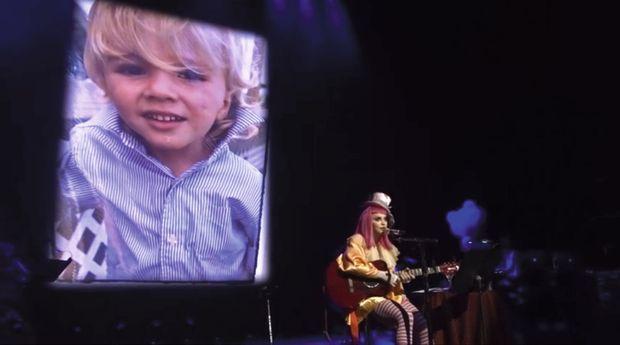 Le 17 mars, à Brisbane, en Australie, la madone en mère éplorée devant une photo de Rocco petit garçon
