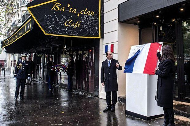 Le 18 novembre 2015, cinq joursaprès les attentats, devant Le Carillon, au coin de la rue Bichat et de la rue Alibert, où 14 personnes sont mortes