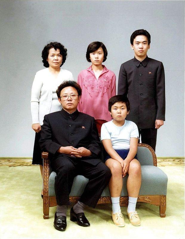 Le 19 août 1981, le « cher leader » Kim Jong-il pose à côté de son héritier désigné – à l'époque –, Kim Jong-nam, 10 ans.