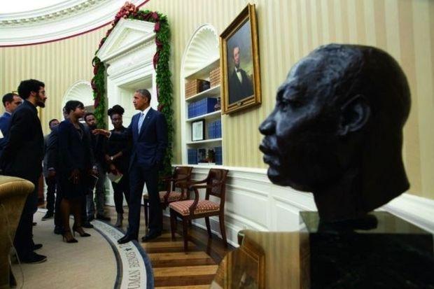 Le 1er décembre 2014 dans le bureau Ovale. Près du portrait d'Abraham Lincoln, un buste de Martin Luther King, que Barack Obama a fait installer.