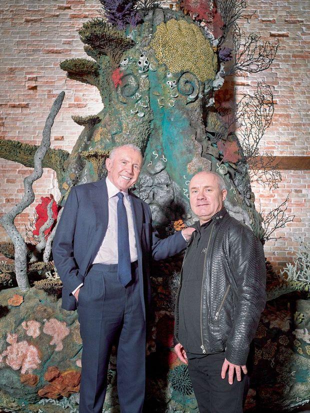 Le 20 mars, à Venise. L'artiste au côté de son mécène à la Punta della Dogana, devant son oeuvre monumentale en bronze, « The Monk ».
