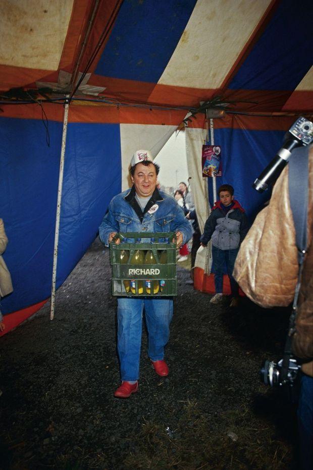 Le 22 décembre 1985, Coluche, toque sur la tête, inaugure le premier de ses 18 restaurants du cœur en livrant des jus de fruits !