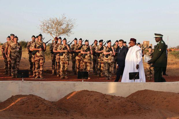 Le 22 décembre, au Carré des Martyrs des forces armées nigériennes, avec Mahamadou Issoufou à Niamey, au Niger.