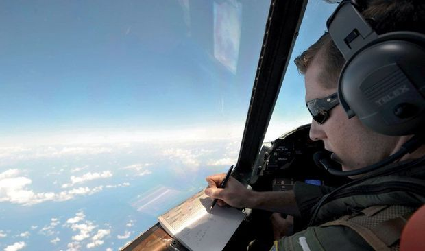 le 22 mai, au-dessus de la zone du crash, un avion militaire américain patrouille à la recherche de débris.