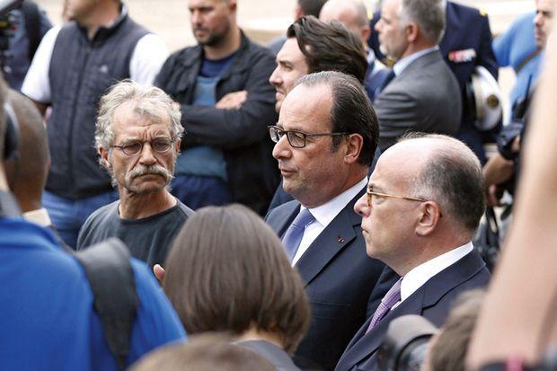 Le 26 juillet, François Hollande entre Hubert Wulfranc, le maire de la commune, et Bernard Cazeneuve.