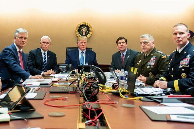 Le 26 octobre. Donald Trump, dans le rôle de commander in chief, assiste au raid dans la Situation Room. A ses côtés, le vice-président Mike Pence, le secrétaire à la Défense Mark Esper et des membres de la Sécurité nationale.