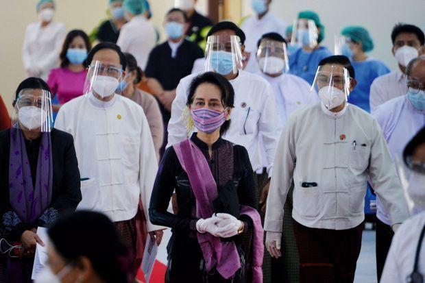 Le 27 janvier, dernière apparition publique d'Aung San Suu Kyi, dans un hôpital de Nay Pyi Taw.
