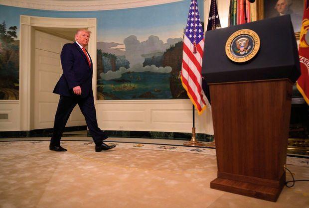 Le 27 octobre. Donald Trump pénètre d'un pas martial dans la Diplomatic Room. Revigoré par le succès des forces spéciales, il en fait devant les journalistes un récit haut en couleur.