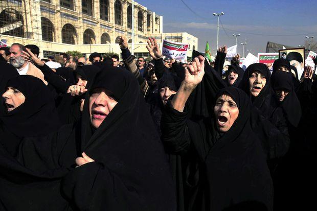 Le 30 décembre à Téhéran, des femmes scandent des slogans conservateurs lors d'une « contre-manifestation »
