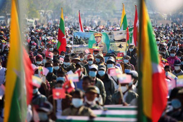 Le 4 février, à Nay Pyi Taw, les partisans de l'armée arborent le portrait du général Min Aung Hlaing, chef de la junte