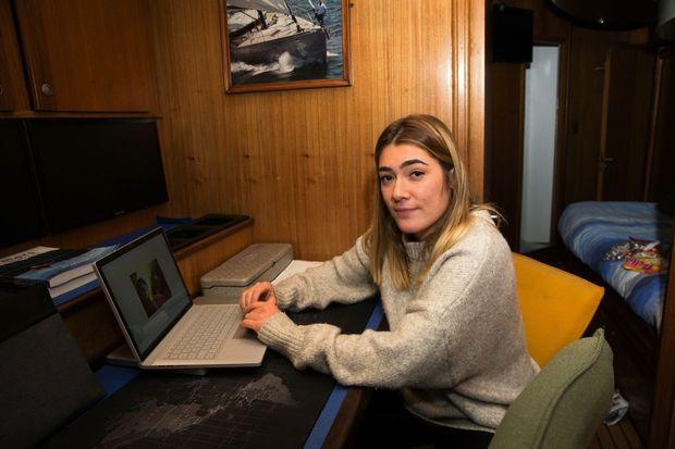 Le 6 décembre. Jessica (25 ans), la plus jeune des filles de Mike, attend à bord du « Pangaea », mouillé au Svalbard, le retour de son père et de Borge Ousland.