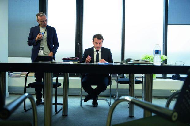 Le 7 mai, à 19 h 45, Emmanuel Macron, au côté de l'écrivain, prépare son discours de victoire.