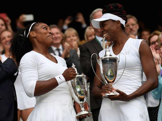Le 9 juillet, Serena, numéro un mondiale et Venus, désormais numéro sept, remportent la finale de Wimbledon, leur 14e victoire en double dans un tournoi du Grand Chelem.