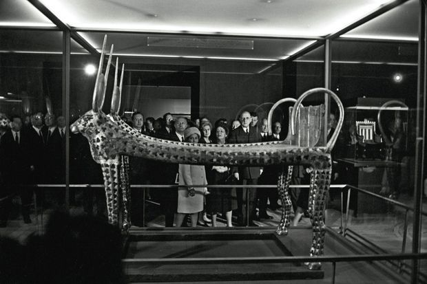 Le 9 mai 1967, André Malraux (à dr.) présente à Charles de Gaulle et à sa femme Yvonne l'exposition Toutânkhamon organisée au Petit Palais par l'égyptologue Christiane DesrochesNoblecourt.