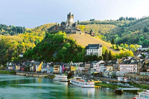 Le bateau s'aventure d'Alsace jusqu'en Allemagne où le château impérial de Cochem domine la Moselle.
