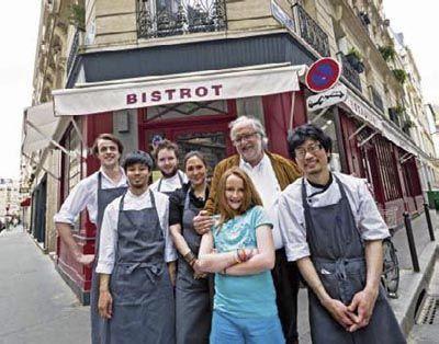 Bertrand Auboyneau (deuxième en partant de la droite) a fait de son bistrot l'un des théâtres les plus vivants de Paris à cheval sur deux siècles.