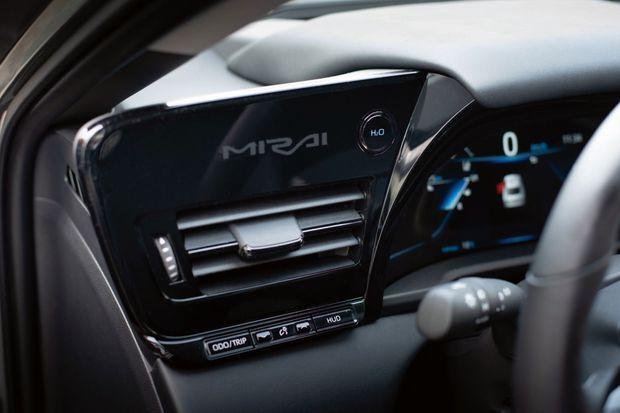 Le bouton H2 O permet d'expulser l'eau produite par la pile à combustible. L'accès au réservoir se fait aussi simplement qu'avec une voiture à essence.