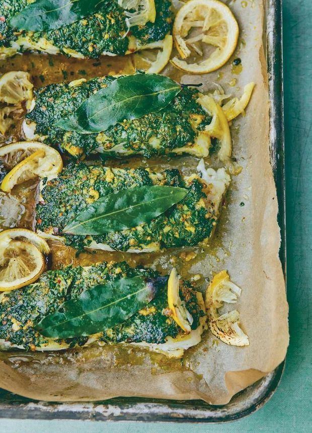 Le cabillaud rôti en croûte de coriandre de Sami Tamimi : le mariage détonnant du poisson et de la sauce tahini. En haut à droite, les oliviers de Palestine, qui donnent une huile d'exception.