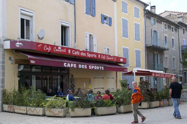 Le café des sports, lieu de vie du village de Saillans ou opposants et partisans de la nouvelle équipe municipale se croisent et parfois se confrontent.