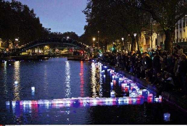 Le canal Saint-Martin illuminé par une myriade de lampions, à quelques mètres du Carillon et du Petit Cambodge, dimanche 13 novembre.