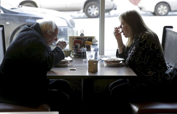 Le candidat, ici avec sa femme dans un café de Saint Paul (Minnesota), le 12 février.