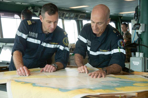 Le capitaine de vaisseau Eric Malbrunot et le contre-amiral René-Jean Crignola sur la passerelle du Charles-de-Gaulle