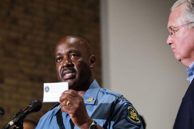 Le capitaine Ron Johnson parle aux habitants de Ferguson.