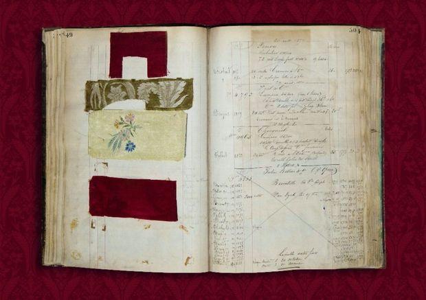 Le carnet de commandes de La Manufacture Prelle, à Lyon, datant de 1874-1875. Grâce aux échantillons, la maison, qui existe toujours, a pu fournir des soieries identiques à celles d'origine.