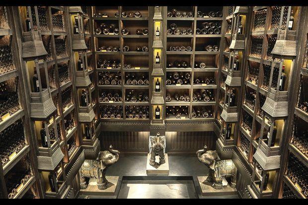 Le cave du XIXe siècle avec ses bouteilles, dont les plus prestigieuses datent de 1928.