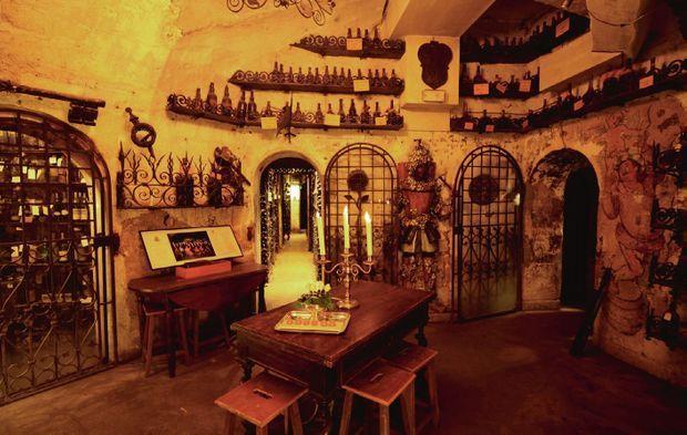 Le caveau à dégustation abritant des nectars du XVIIIe siècle, saint des saints fermé à clé.