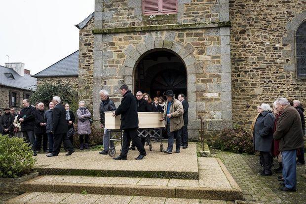 Le cercueil de Guillaume Molinet est porté hors de l'église de Guilliers.