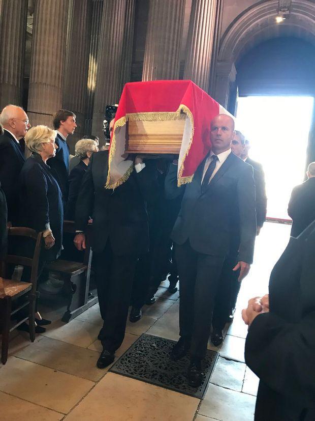 Le cercueil de Jacques Chirac à l'intérieur de Saint-Sulpice, lundi.