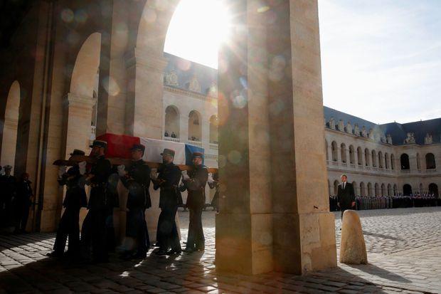 Le cercueil de Jacques Chirac, aux Invalides, lundi.