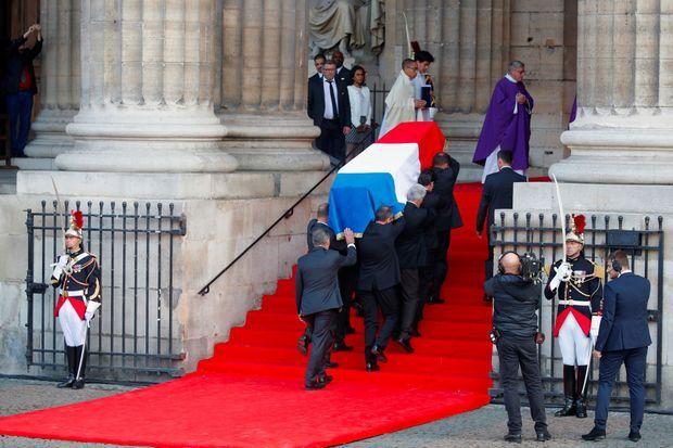 Le cercueil de Jacques Chirac sur les marches de Saint-Sulpice, lundi.