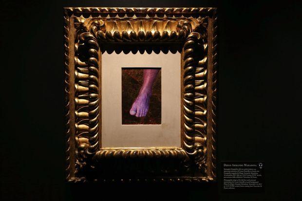 Le chef-d'œuvre : son pied gauche. Lors de l'exposition « Musée de la folie. De Goya à Maradona », à Naples en 2017.