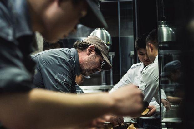 Le chef étoilé dans son restaurant Ultraviolet, à Shanghai.