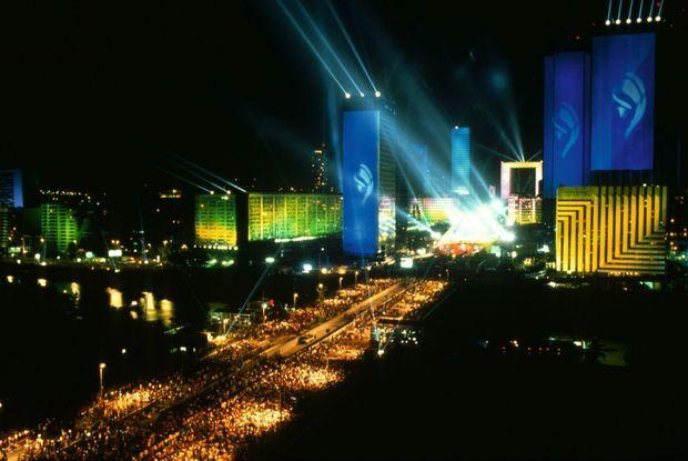 Le concert de la Défense, le 14 juillet 1990, réunit 2,5 millions de personnes et entre dans le « Livre Guinness des records ».