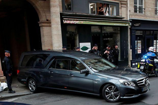 Le corbillard transportant le cercueil de Jacques Chirac quitte la rue de Tournon, dimanche.